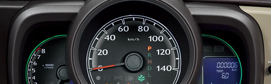 スピードメーター、タコメーター、燃料計を独立させた3眼メーターを全車標準装備。燃費のよい運転をするとリング照明がグリーンになる
