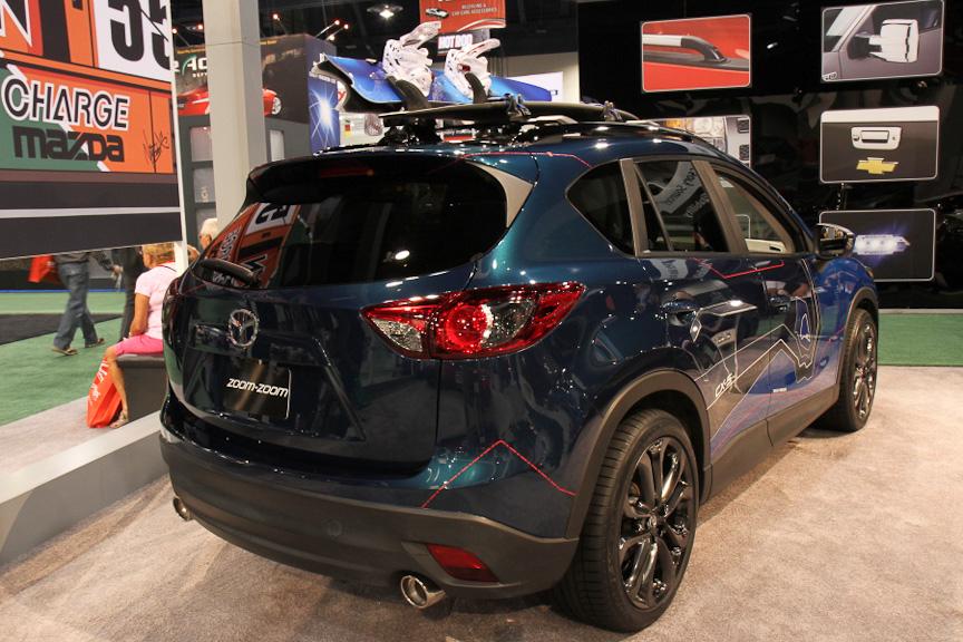 「CX-5 180」はアクティブに遊ぶカリフォルニアのユーザーに提案する1台。ルーフにはスノーボードとサーフボードの2枚のボードが搭載されているように、どんなシチュエーションでも使いこなせる車両ということになる。インテリアは外装色と同じブルーにカラーリングされ、アクセントとして赤のステッチを使っているのが印象的