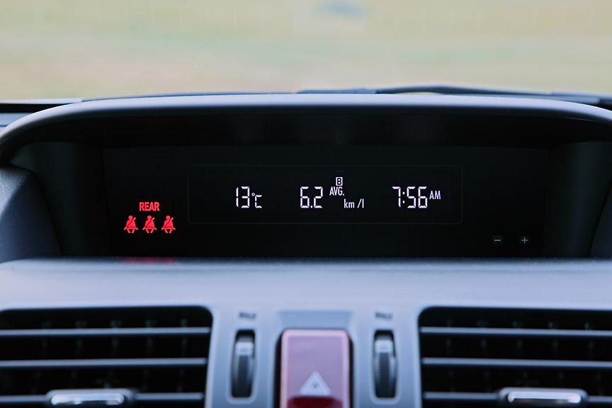インパネ中央上部にはインフォメーションメーターを装備。外気温や瞬間/平均燃費、航続可能距離、連続走行時間/平均車速、デジタル時計が表示できる