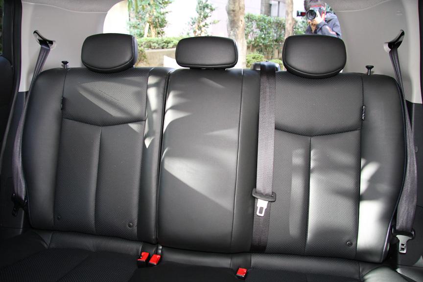 運転席のラチェット式シートリフター、後席中央のヘッドレストは全車に標準装備