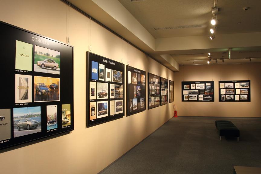 90車種ものカタログが展示されたギャラリー