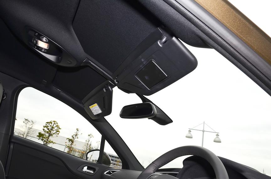 前席の頭上まで伸びる大きなフロントウインドー。日を遮りたい時のために可動式のサンバイザーが備わる
