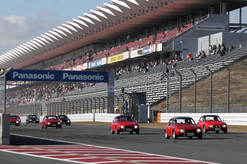 トヨタ2000GT、トヨタスポーツ800、80型スープラ、AE86カローラレビン/スポリンタートレノ、iQ GRMN 等、時代を彩ったトヨタ車とともにいすゞ117クーペの姿も