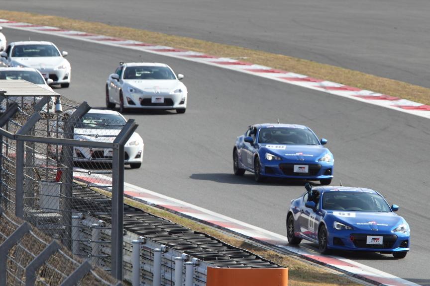 ワンメイクレースは、圧倒的多数の86の中、たった2台の青いBRZを駆る山野哲也選手、佐々木孝太選手のワンツーフィニッシュ!