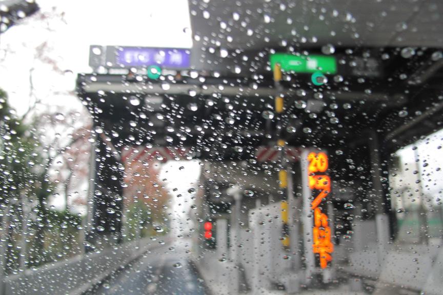 帰り道はにわか雨が。タイヤテストに協力してくれる親切な天気だ(笑)
