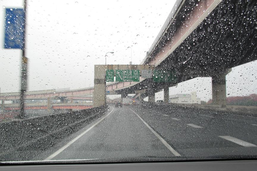どしゃ降りという程ではないが、それなりの雨の首都高速道路を走行。レーンチェンジや高架道路の継ぎ目なども、極めて安定して走ることができた