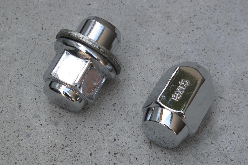 それぞれ、左がトヨタ純正アルミホイール用ナット、右が今回購入したアルミホイール用ナット。ネジのピッチはもちろん同じだが、ネジ座と接触する部分の形状が異なっている