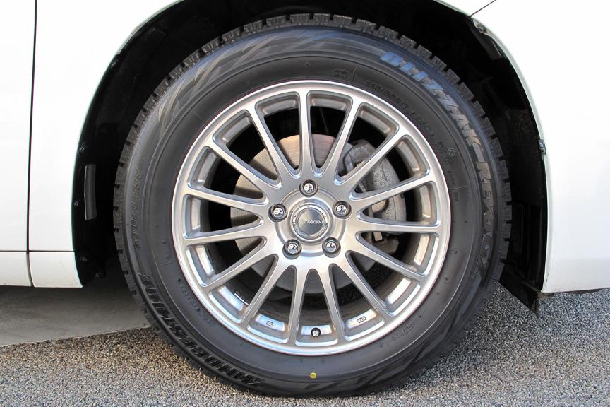 じゃじゃーん! ブリザック REVO GZ+エコフォルム SE-12という素敵な組み合わせ。タイヤもホイールもデザイン性が高く、クルマが引き締まったような印象だ