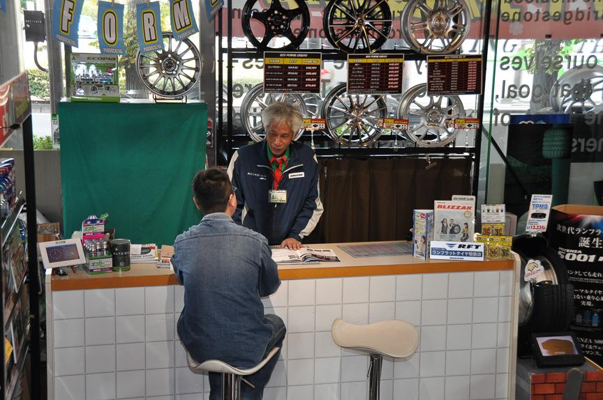 1階にはタイヤカフェを模したコーナーがある。初夏に訪れたときとはビミョーに配置が異なっているような……。アイスタイヤカフェ?