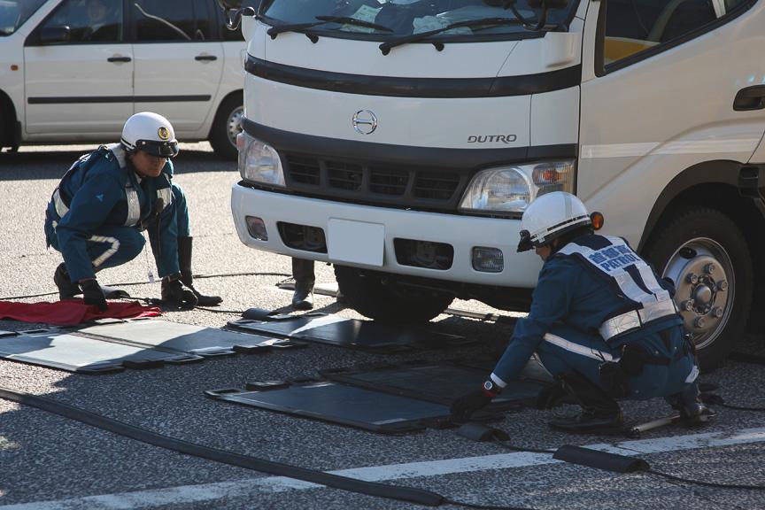 料金所の車軸重量計で警告が出た車両を誘導し、マットスケールで計測する