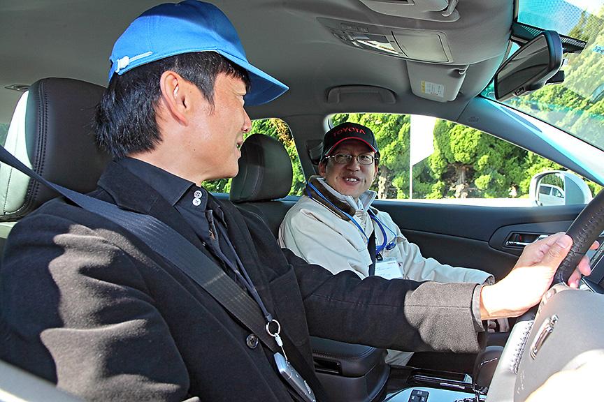 トヨタのスタッフに動作の実際を聞きながら体感