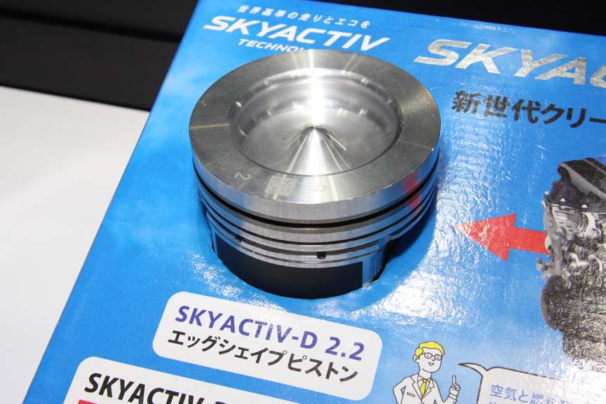 SKYACTIV-Dエンジンで使われる「エッグシェイプピストン」と「i-ELOOP」用のキャパシタ