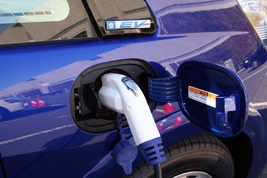 普通充電用リッドを運転席側の、急速充電用リッドを助手席側に備えるフィットEV