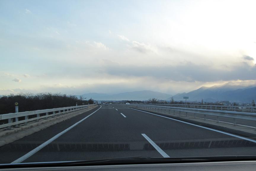 天候に恵まれ、渋滞も特になく、絶好のドライブ日和。日本海側に向かって走ると雪国っぽい雲がだんだん増え、山の向こうは雪が降っているかな~、と期待が高まる