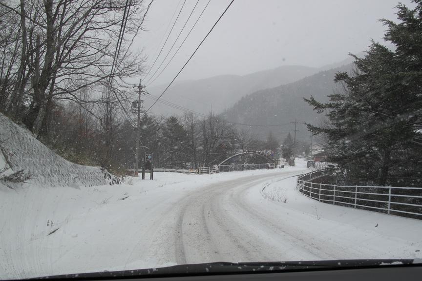まあ、なんということでしょう。ほんの少しの標高差が、景色を一変させてしまいます。冬の魔術師 REVO GZが、匠ならではの素晴らしい雪道走行を(以下省略
