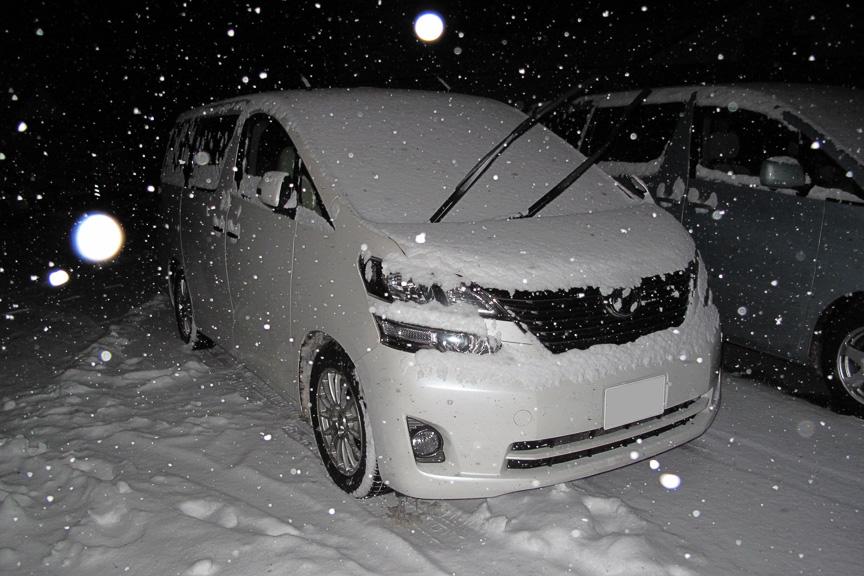 雪が降らない東京の冷え込みよりも、雪が降っていたほうが寒く感じない気がする。が、やっぱり寒い(笑)。新雪を踏んで歩くと雪が綿のようにフワッと飛ぶ軽さだ