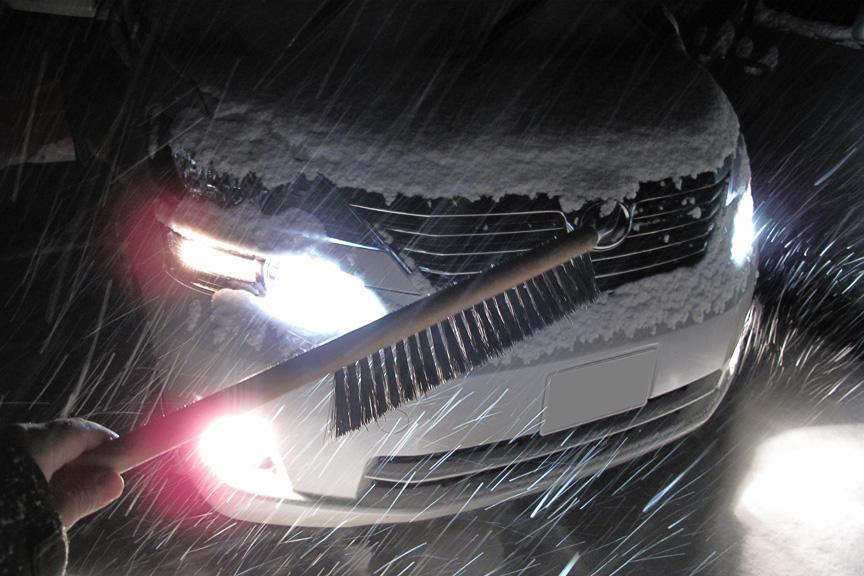 じゃーん!これまた今シーズン初登場のアイスカッター付き雪はねブラシ。誰もいない駐車場でゴソゴソ写真を撮る筆者は相当怪しいはずだが、誰もいないので問題ない