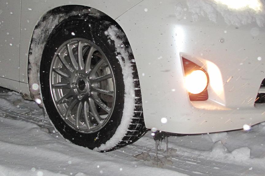 今シーズン初のクルマつらら。LED灯やディスチャージ灯は発熱が小さく雪が融けにくいので、筆者はハロゲンフォグランプ派だ