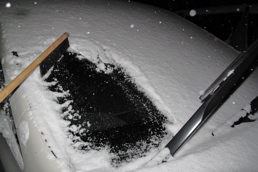 綺麗な状態のまま凍ったガラス面に、パウダースノーが積もっている。そのため、ふわっ!と払うだけで綺麗に雪が吹っ飛んでくれる