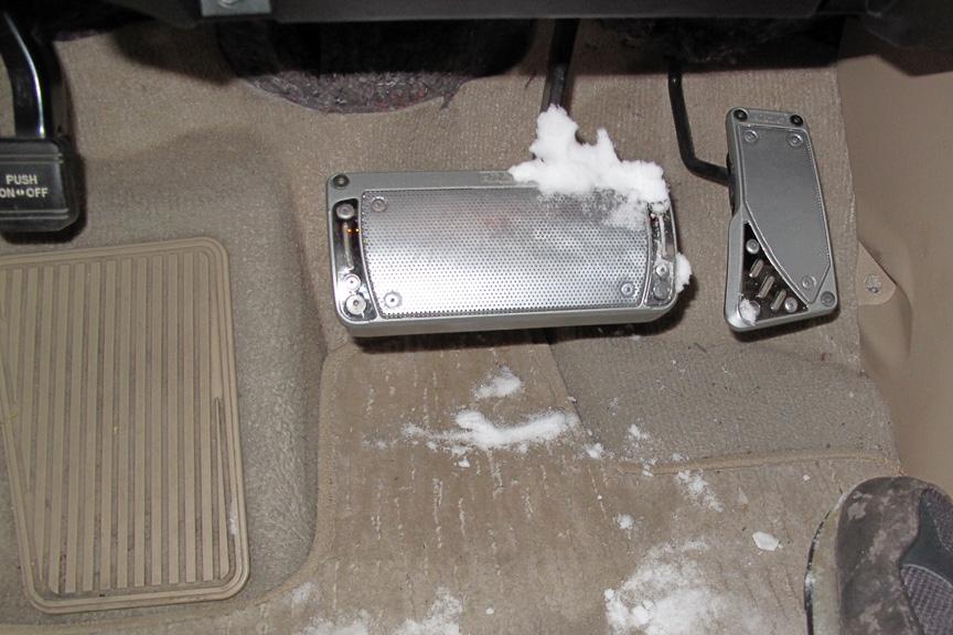 いくら乗鞍のパウダースノーとは言え、暖かい車室内に入れば当然溶ける。溶けかかった雪がペダルに付き、踏み固めて、ツルッ!とならないように要注意