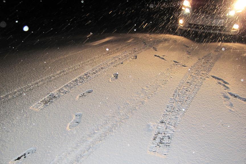 アスファルトの上に新雪がふわっと積もっただけでしょう、と見えるかも知れないが、白い雪の下に見えているのはカチカチのアイスバーン。慣れない人が歩けばすぐに転ぶレベルだ