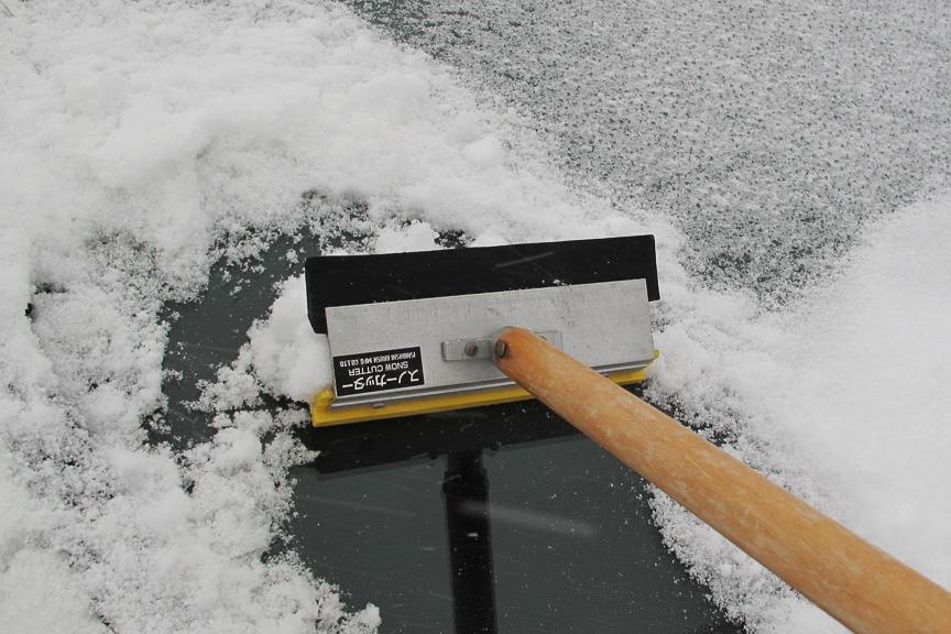 ガリガリ君状態の氷は、スノーカッターでガリガリ取るのが一番。間違ってもお湯を掛けたりしてはいけないのだ。(温度差で窓が割れます!)