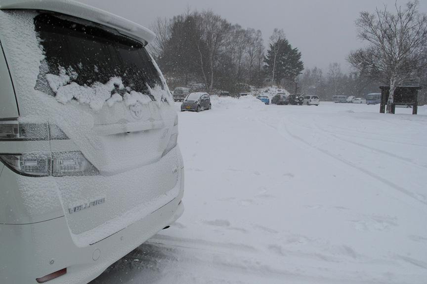 ちょっと走っただけでも、車体後部には雪がべったりと貼り付く。LEDテールランプは発熱が期待できないため、灯火類がちゃんと見えるよう定期的にチェックする必要がある