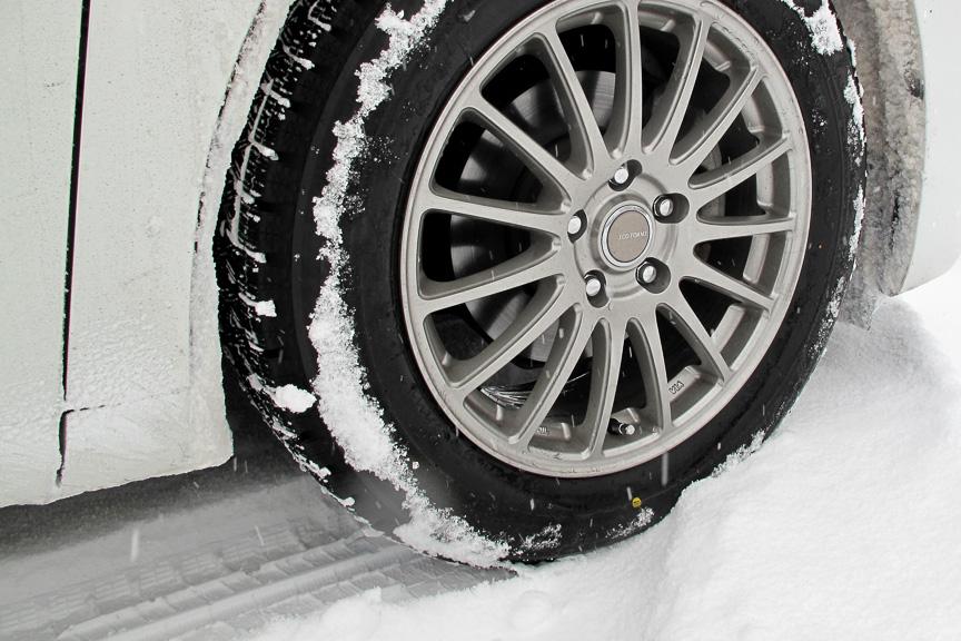 新雪が積もっている部分をゆっくり走ると、REVO GZのパターンがどのように雪を噛んでいるのかが分かる