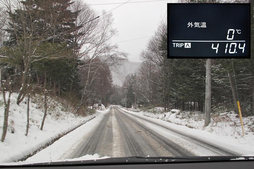 さらに下ると外気温0度、完全シャーベットの路面が現れた。夜にはまたカチカチに凍って、その上に雪が積もって……