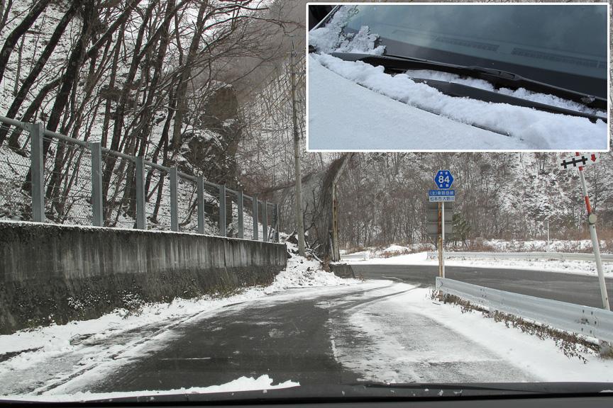 往路はまったく雪がなかったダム湖の周辺も一晩で雪化粧。一晩でドカッと降ることも珍しくないので、常に心の準備が大切だ。カウルに溜まった雪もこまめに取り除こう
