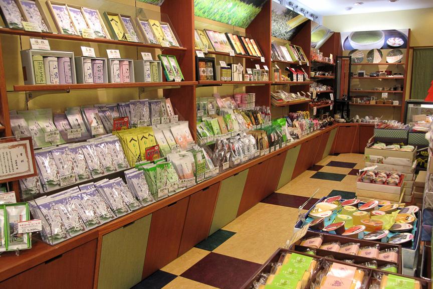 広い店内には喫茶軽食スペースもあるのだが、混んでいて写真撮影はできず。筆者はお茶を、妻は和スイーツ類を大人買い(笑)