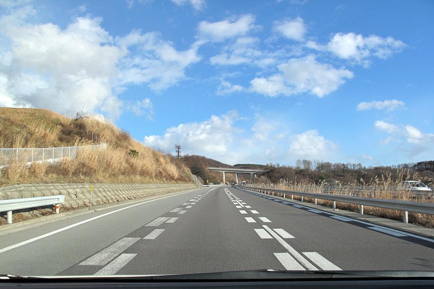 帰路も長野自動車道、上信越自動車道、関越自動車道のルートを快調に走行。山脈を越えると一気に青空が広がっていた。気持ちいいぞ~!