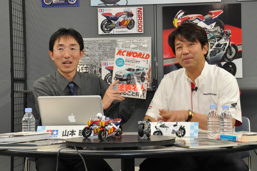 Honda NSR500 '84 トークショー。タミヤ広報 山本暁氏(左)と、宮城光氏(右)