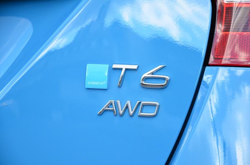 V60 T6 R-DESIGN ポールスター・パフォーマンス・パッケージ。後部にポールスターのエンブレムが貼られる。車体色はR-DESIGN専用のレーベルブルー