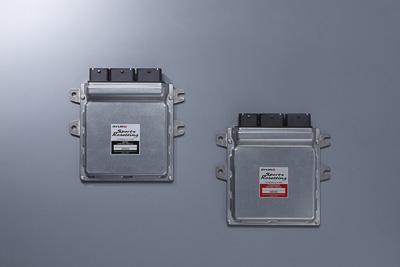 R35 GT-Rの場合、スポーツリセッティングコンピュータとして提供されるのは写真の2台となる。左がエンジン制御用のECM(Engine Control Module)、右がトランスミッション制御用のTCM(Transmission Control Module)