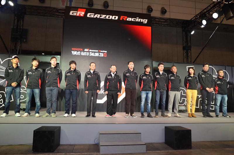 2013年の参戦体制。左端は応援にかけつけた脇阪選手。脇阪選手の右から3人がLFA、豊田社長から右の7人が86のドライバー