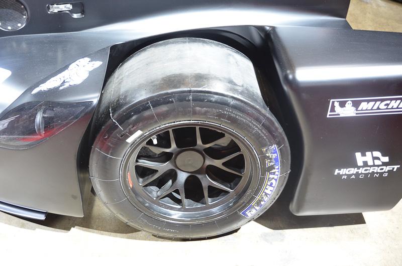 ル・マン24時間レースで話題を呼んだ実験レーサー「デルタウィング」はSUPER GT出場車のGT-Rと並んで展示。宮谷社長はデルタウィングと合わせて、「ル・マン24時間レースのLMP2クラスの上位9位をNISMOが供給したエンジンの搭載車が占めたこと」もアピールした