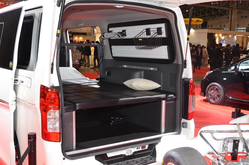 オーテックジャパンによるNV350キャラバンのカスタムモデル「ライダー」は、カートのトランスポーターとして登場