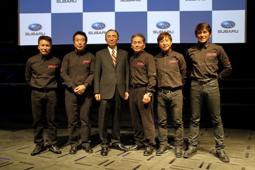 STIの唐松洋之代表取締役社長と辰己英治氏、2013年の同社のモータースポーツ活動に参加するドライバー