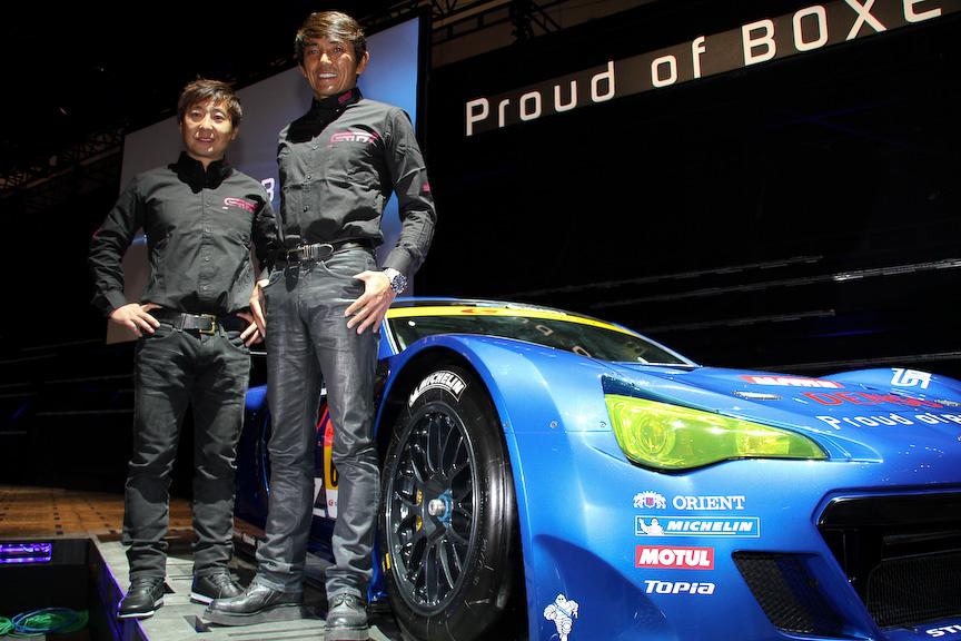 SUPER GTの参戦車両「SUBARU BRZ GT300」とドライバーの山野哲也選手、佐々木孝太選手