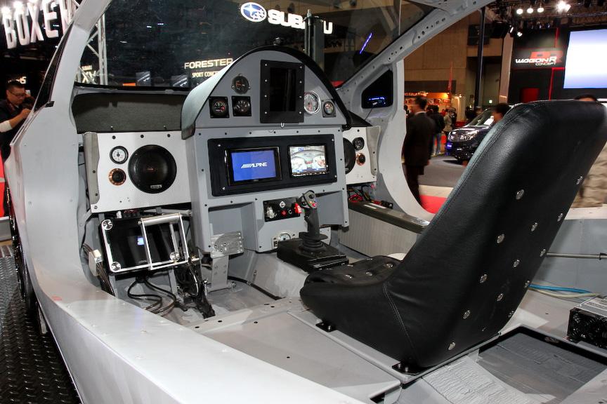 LBパフォーマンスが制作したプリウスベースのコンセプトカー。ランボルギーニのエアロパーツを得意とするメーカーが作るだけあり、戦闘的なルックスが特徴。室内はすべてのパーツが取り外され戦闘機を意識したコクピットにリメイクしている