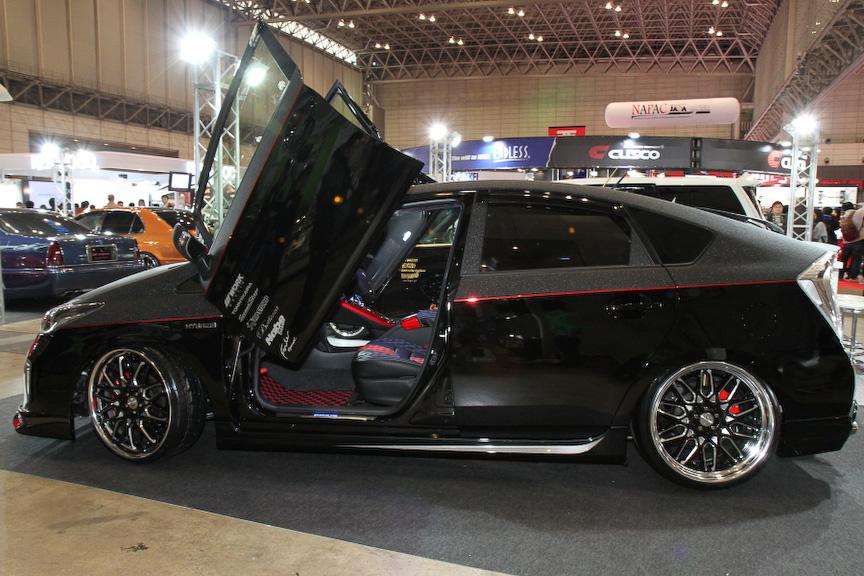 EXPERTのプリウスは遊び心あるフロントドアを装着。外装色もブラックのマットグレーのツートンでインパクトあるルックスになっている