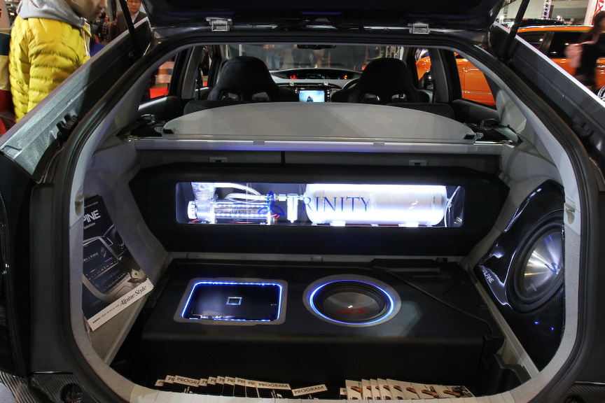 オーディオカスタムを得意とする尾林ファクトリーのデモカー。リアラゲッジスペースにスピーカーやウーハーをインストール