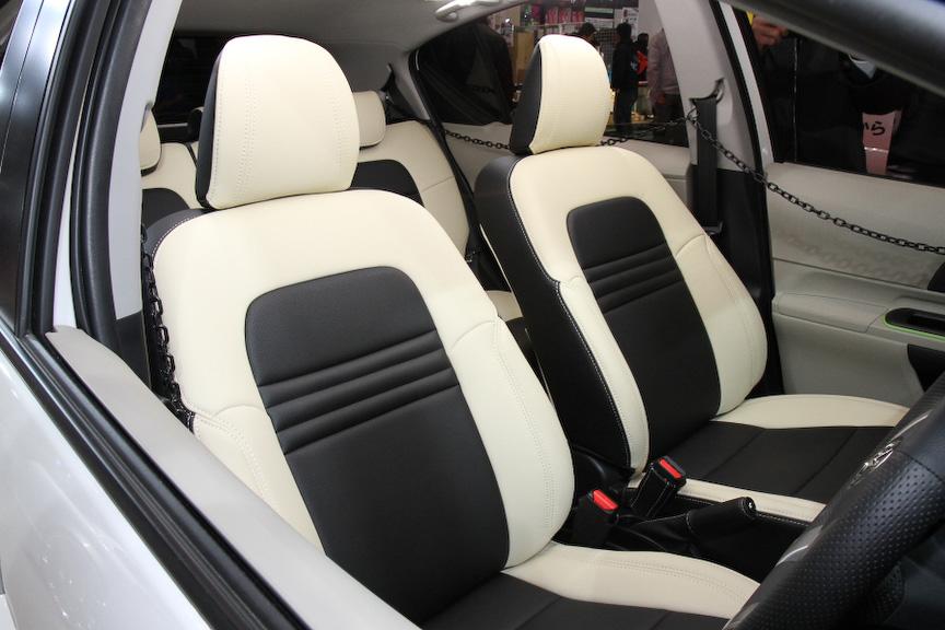 シートカバーメーカー「spycy tune.」のデモカー。純正本革を超える質感を味わえるシートカバーが特徴
