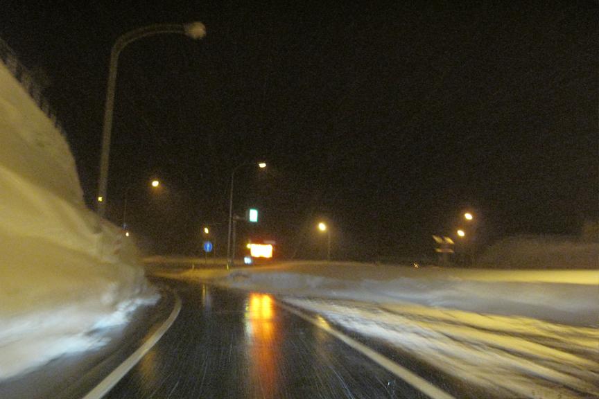それなりに雪が降り続けているのに路面はビチャビチャという不思議な景色が目立ち始める。豪雪地帯の証、消雪パイプが活躍しているが、消雪区間を過ぎれば雪がモリモリ