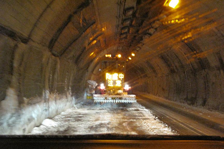 関越トンネルを過ぎたあたりから景色がガラッと変わる。全員強制的にPAで冬タイヤチェックを受けるのは少々面倒だが、安全のためには当然の作業か