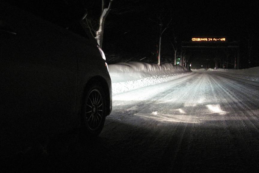 一晩中除雪車が走り回っているが、ほんの数十分で凍結圧雪路の上に雪が降り積もる。豪雪地帯なんだなぁ、と実感する瞬間