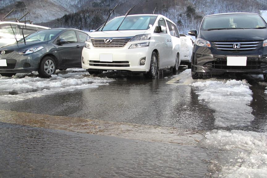 だが、ご覧のとおり路面に雪はほとんどない。結構な勢いで雪が降るのだが、それ以上の勢いで融雪用の地下水がジャバジャバと流されている