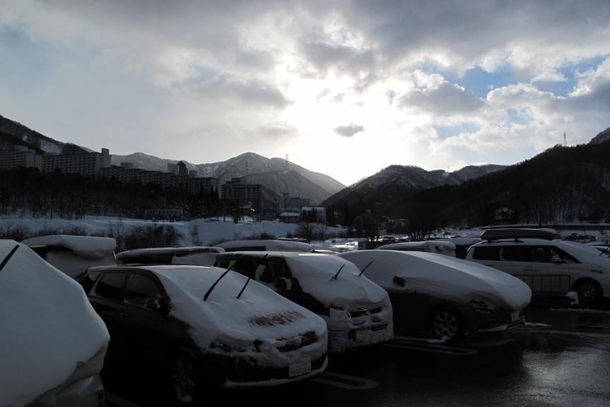 雪国ならではの心地よい爽やかな朝。明け方まで雪が降り続けたため、どの車も雪だるま状態