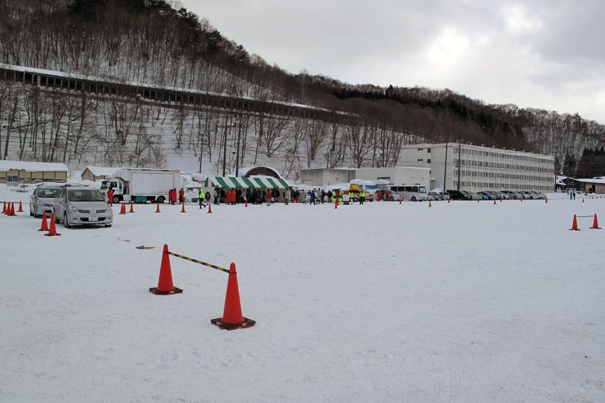 想像以上に広々とした特設コース。安全かつ合法的に思いっきり雪道走行実験ができるこうした機会は、本当にありがたいと思う